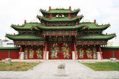 Tiered roof and a large gate to the territory of a Buddhist monastery in Mongolia — Stock Photo