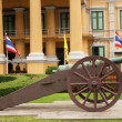 Gun against an administrative building in Bangkok — Stockfoto