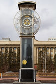 Transparent clock with a pendulum in a central square in Krasnoyarsk — Foto Stock