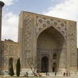 Ulugbek Madrasah on Registan Square in Samarkand, Uzbekistan — Stock Photo