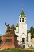 Il monumento ai liberatori della russia minin e pozarskij sullo sfondo di una chiesa ortodossa a nizhny novgorod — Foto Stock