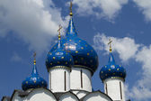 Church domes with blue star in Suzdal — Stock Photo