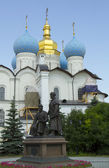 O monumento ao arquiteto e a igreja ortodoxa no território do kremlin de kazan — Foto Stock