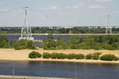 View of the River Volga and the cable way through it from the high bank — Stock Photo