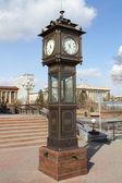 Relógio decorativo em uma das praças de krasnoyarsk — Foto Stock