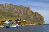 A village on the shores of Lake Baikal and the motorboat fisherman — Stock Photo