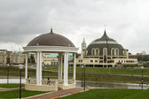 Gazebo on the shore of a small river in Tula and the urban landscape — Stock Photo