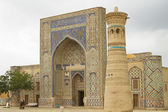 The building of the mosque and minaret in the Uzbek city — Stock Photo