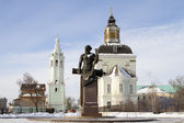Monument to the first Russian gunsmith Demidov and Temple of Christmas in Tula — Stock Photo