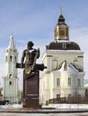 Denkmal für die erste russische büchsenmacher demidov und tempel von weihnachten in tula — Stockfoto