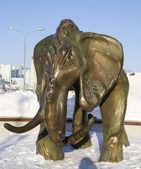 Bronze figure of a mammoth in the park in Samara — Stock Photo