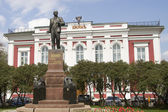 VLADIMIR, RUSSIA - MAY 02: Monument to Lenin and the building of the first bank in the city of Vladimir on May 2, 2014 in Vladimir. — Stock Photo