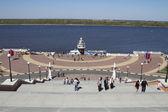 View from Chkalov stairs to the lower Volga embankment and cruiser monument in Nizhny Novgorod — Stock Photo