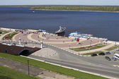 View from Chkalov stairs to the lower Volga embankment and cruiser monument in Nizhny Novgorod — Stock Photo
