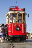 Caminando el tranvía de la plaza de taksim en estambul — Foto de Stock