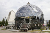 Новосибирск, Россия - 28 июня: кафе в виде большой стеклянный шар на 28 июня 2014 г. в Новосибирске. — Стоковое фото