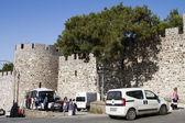 Many tourists visit the Fortress Kadifekale Izmir — Stock Photo