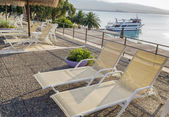 Swimming pool area of hotel with beach — Stock Photo