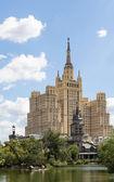 Den höghusbyggnad på vosstaniya square, moskva — Stockfoto