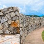 Prado con un viejo muro de piedra — Foto de Stock   #34409103