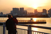 Woman take a picture of sunset — Stock Photo