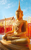 Thai golden buddha statue sits in peaceful meditation in Thailand — Stock Photo