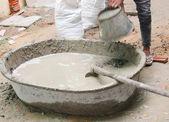 Sádra stavební dělník směšovací cementovou maltou — Stock fotografie
