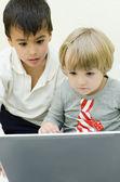 Kinder, die mit laptop — Stockfoto