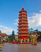 Torre Roja China en Monasterio fuera. — Foto de Stock