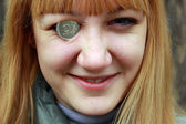 Young girl holding a coin — Stock fotografie