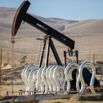 Постер, плакат: Pumping oil in Kern County California