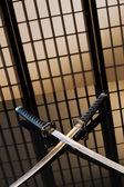 Katana e wakizashi com lâminas nuas sobre uma mesa — Foto Stock