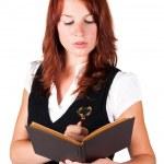 kvinna som tittar in i boken med förstoringsglas — Stockfoto