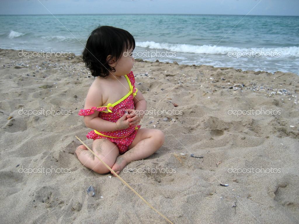 可爱的小女孩,在沙滩上