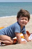 小男孩在沙滩上 — 图库照片