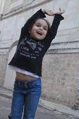 ładny i szczęśliwa dziewczynka — Zdjęcie stockowe