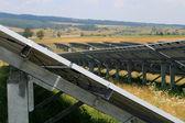 Paneles solares de energía verde para la aldea del valle — Foto de Stock