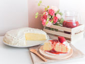 Krep pasta plaka ile çilek sosu dökün — Stok fotoğraf