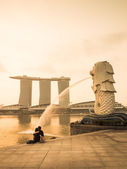 Lovers sat in front of the Merlion at Marina bay — Stockfoto