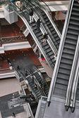 Escada rolante dentro de shopping center — Fotografia Stock