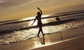 Silhouette young woman on beach — Stock Photo