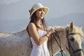 женщина с лошадью — Стоковое фото