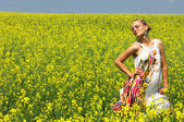 The girl in the rapeseed field — Stock Photo