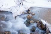 Floden isen. flod i vinter — Stockfoto