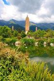 Reflektion av de tre pagoderna i dali, yunnan-provinsen, kina — Stockfoto