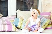 Kleines mädchen mit hut mit blume — Stockfoto