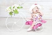 Bambina bambino nel cappello con fiore — Foto Stock