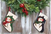 Рождественские гирлянды и чулки. — Стоковое фото