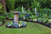Bird bath in garden — Stock fotografie