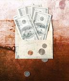 背景为业务 (美元和在信封里的硬币),钱有财务背景与钱和 pc。财务理念. — 图库照片